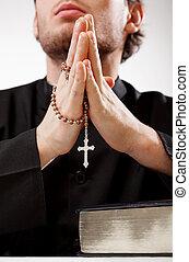 skoncentrowany, ksiądz, modlitwa