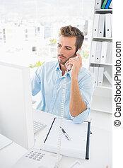skoncentrowany, samiec, zdejmować redaktora, używając, telefon