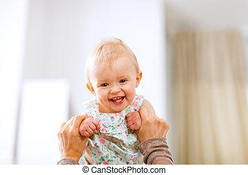 skratta, mor, baby, stående, söt, leka