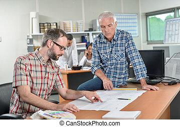 skrivbordsarbete, män, två, en, se, bord, satt
