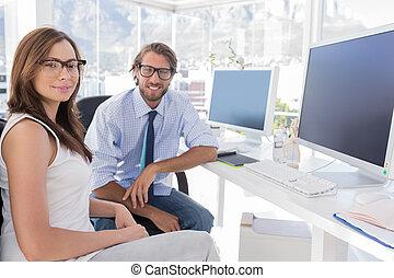 skrivebord, deres, konstruktører, smil, siddende
