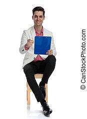 skrivplatta, sittande, elegant, pekar, finger, holdingen, man