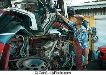 skrotupplag, manlig, mekaniker, bil, välja, dörr