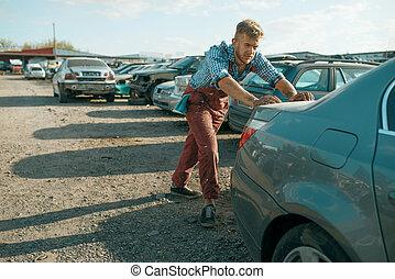 skrotupplag, manlig, pressande, mekaniker, bil