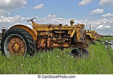 skrotupplag, traktor, gammal, rostig