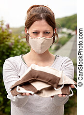 skydd, förhindrande, ansikte, hemlagat, tyg, bära maskera, coronavirus, tyg, kvinna, covid-19, holdingen