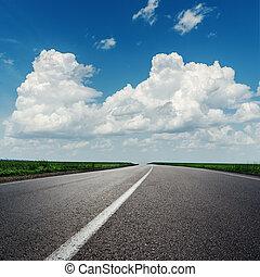 skyer, på, blå himmel, hen, asfalter vej