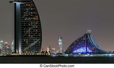 skyline, van, dubai, op de avond, timelapse, met, burj al arabier, in, voorgrond, in, dubai, verenigde arabische emiraten