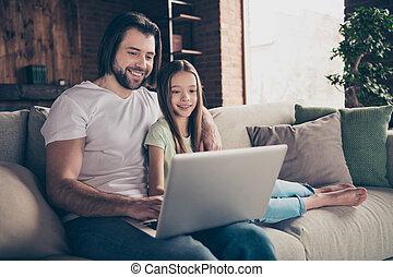 skype, maison, peu, film, beau, humeur, intérieur, photo, confortable, cahier, bon, favori, utilisation, papa, salle, dame, noël, conversation, regarder, séance, parents, joli, sofa