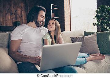 skype, maison, peu, yeux, beau, films, humeur, regard, intérieur, photo, confortable, cahier, étreindre, bon, utilisation, papa, salle, dame, noël, conversation, regarder, séance, parents, joli, sofa
