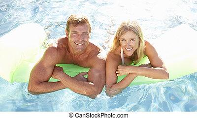 slå samman, par ute, avkopplande, simning