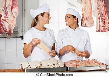 slagers, vrouwlijk, toonbank, rauwe, vasthouden, vlees