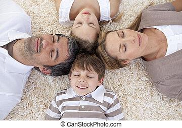 slapende, hoofden samen, gezin, vloer