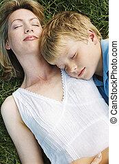 slapende, zoon, buitenshuis, het liggen, moeder