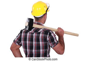 sledge-hammer, épaule, sur, porter, homme