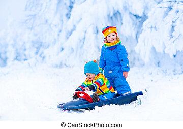 sleigh, pequeno, desfrutando, passeio, crianças