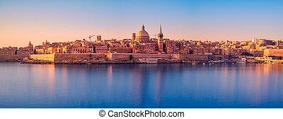 Sunrise over the Valletta city