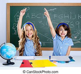 slim, scholieren, in, klaslokaal, optillende hand