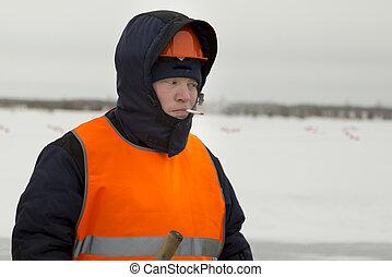 Slinger in an orange helmet with a cigarette