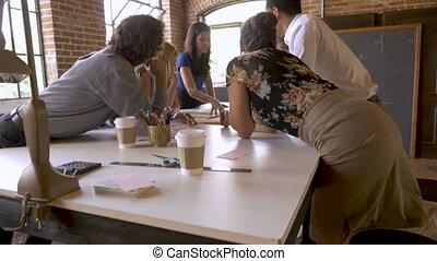 slowmo, plans, jeune, confiant, séduisant, collègues, équipe, discuter, éditorial