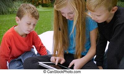 slowmo, tablette, -, engagé, trois, jeune, leur, complètement, partagé, enfants