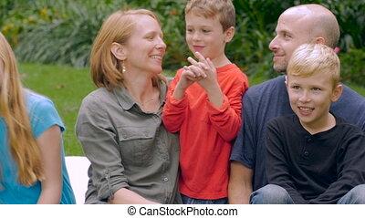 slowmo, talk-, famille, plus jeune, leur, cinq, enfant, sourire, caucasien, écouter