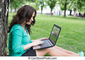 smíchaný druh, college student, seděn oproti drn, pracovní