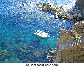 Small boat in Riomaggiore creek, The Cinque Terre, Italia -...