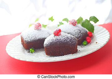 Small cakes with ivy and ornaments