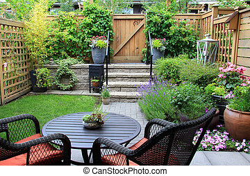 Small garden. - Small townhome garden with patio furniture ...