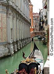 smalle , vaart, met, gondolas, in, venetie, italië