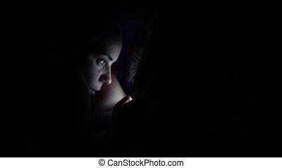 smarphone, adulte, night., utilisation, jeune, sombre, maison, femme, chambre à coucher, smartphone, lit