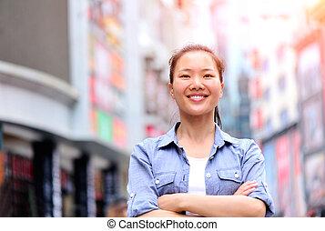 smart, kvinna, gata, ringa, användande
