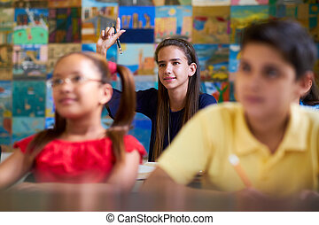 smart, meisje, optillende hand, en, vragen, vraag, op, school