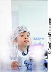 smart, schattig, weinig; niet zo(veel), mannelijk kind, het experimenteren, met, reageerbuisjes, in, echte, moderne, ziekenhuis, laboratorium