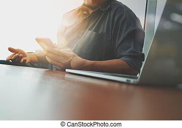 smart, werkende , zakenman, moderne, houten, telefoon, computer, kantoorbureau, hand, nieuw