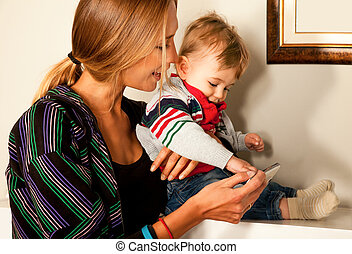 smartfone fun mother baby technology
