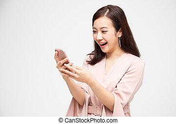 smartphone, γενική ιδέα , γυναίκα , κινητός , πάνω , άσπρο , νέος , ιλαρός , αίτηση , καλός , ασιάτης , κουβέντα , νέα , χρησιμοποιώνταs , μήνυμα , δέχομαι , έκφραση , εκπληκτική επιτυχία , φόντο