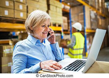 smartphone, εργαζόμενος , εργάτης , διαχειριστής , γυναίκα , warehouse., ανώτερος ανήρ
