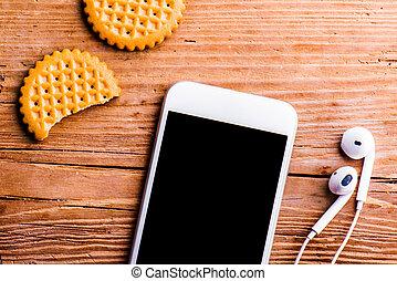 smartphone, イヤホーン, そして, ビスケット, 簀の目紙, 上に, 古い, オフィス机