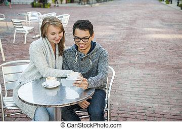 smartphone, カフェ, 2人の人々
