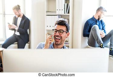 smartphone, グループ, 仕事, オフィス。, 現代, 若い, 一緒に, businesspeople