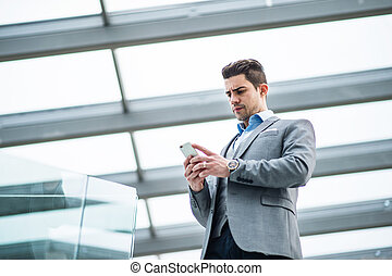 smartphone, 办公室。, 年轻, 在外面, 走廊, 向下角度, 商人, 察看