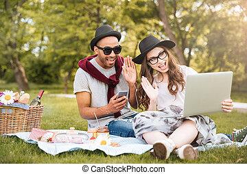 smartphone, 恋人, 公園, 音楽が聞く, ラップトップ