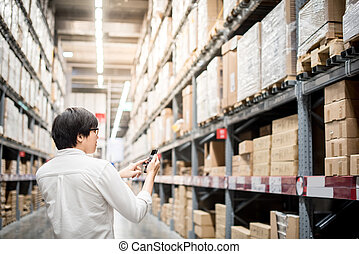 smartphone, 買い物, 点検, リスト, 若い, アジア人, 倉庫, 人