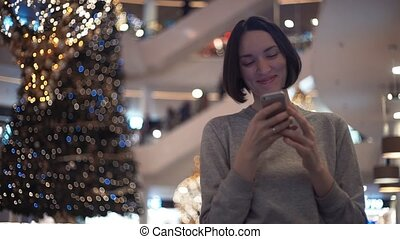 smartphone, achats, mall., jeune, mouvement, lent, rire, utilisation, girl, heureux