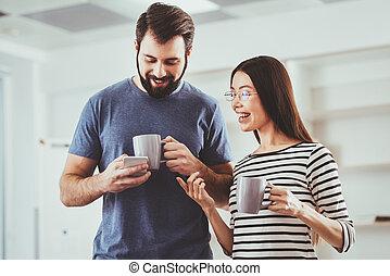 smartphone, agradável, seu, usando, agradável, homem