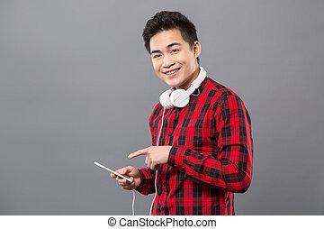 smartphone, apontar, jovem, agradável, seu, homem
