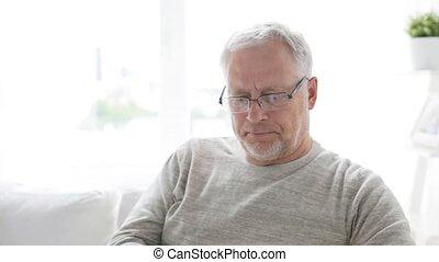 smartphone, appeler, 127, maison, homme aîné, heureux