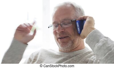 smartphone, appeler, 131, maison, homme aîné, heureux